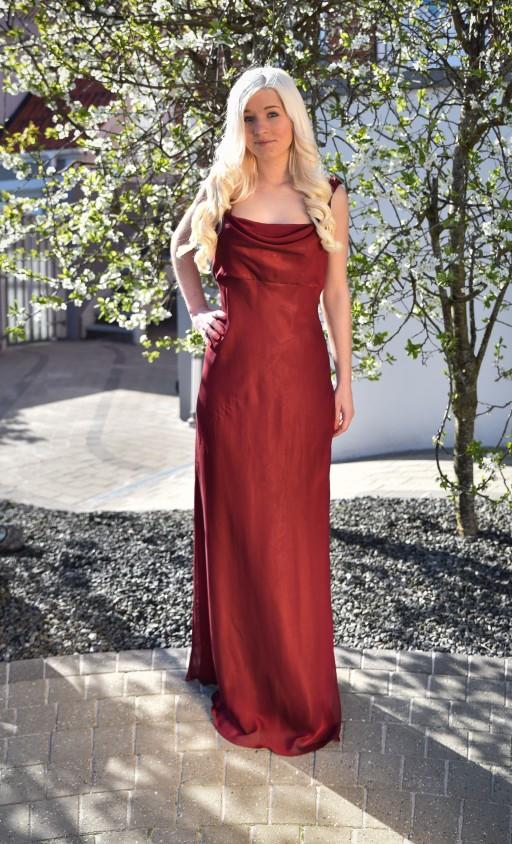 Bordeaurød lang kjole. Stropperne er snoede bånd i stoffet.