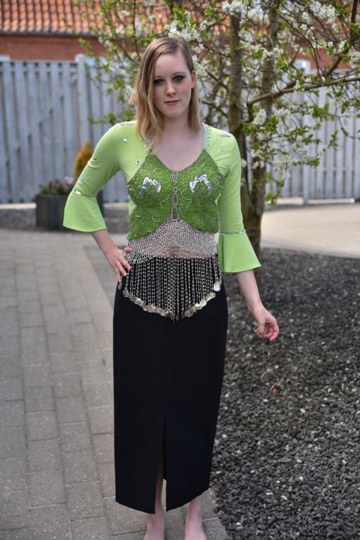 Kostume kan mødes med sort nederdel, eller matchene grøn nederdel.