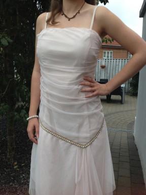 Skråsnit med guldbånd og tyld uden på kjolen