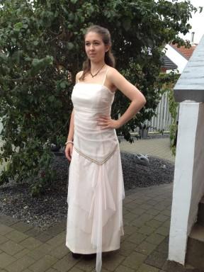 """""""Rå elverkjole"""". Meget fin, med grove syninger, der gør kjolen helt unik"""