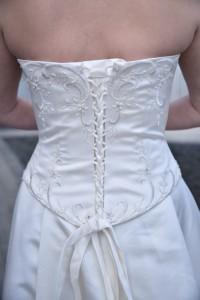 Kjolen er todelt og snøres bagpå